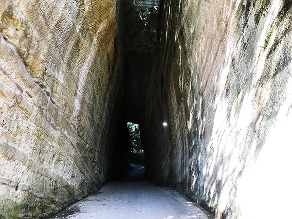 灯篭坂大師の切通しトンネル